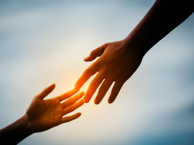 manos en el ocaso